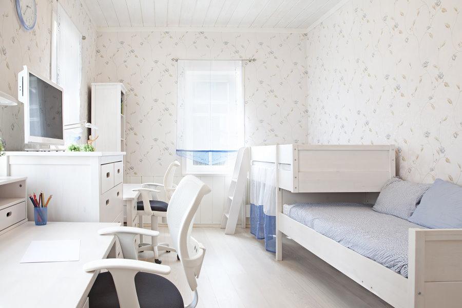 Meubles blancs dans la chambre pour deux enfants