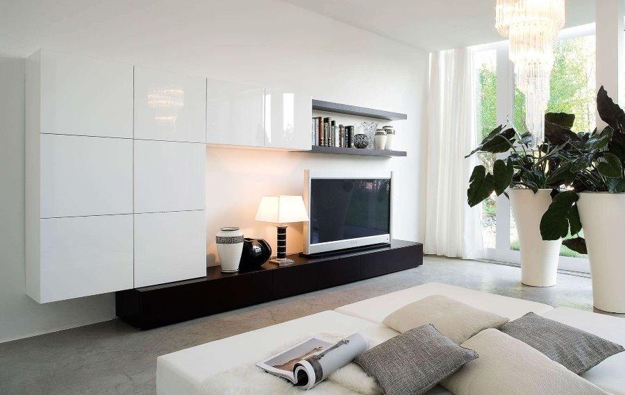 Salon spacieux avec un mur blanc