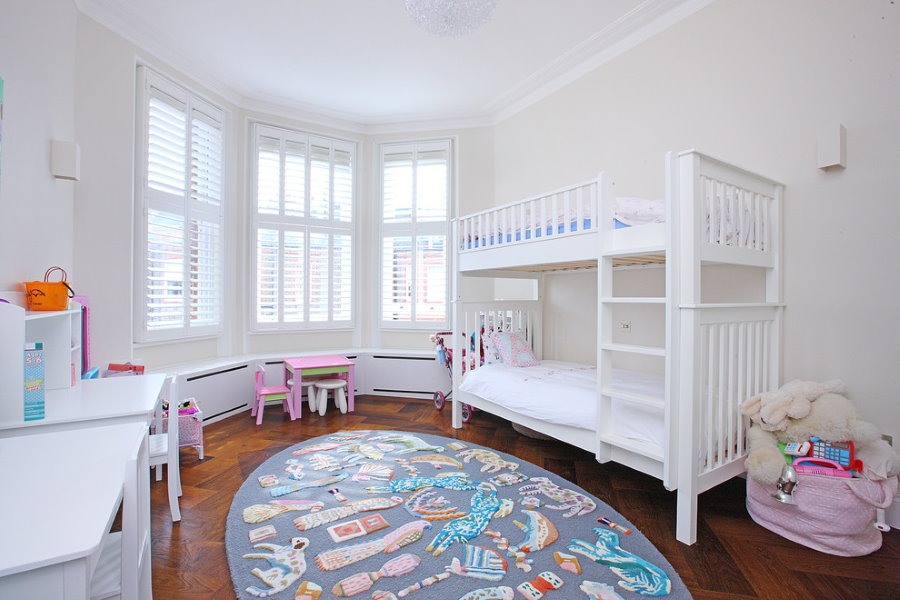 Intérieur d'une chambre d'enfants avec des meubles blancs