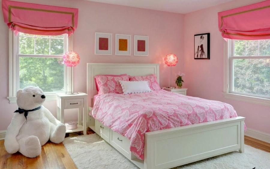 Rideaux roses dans la chambre avec un lit blanc.
