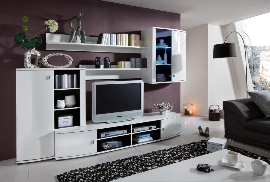 Mur blanc avec étagères ouvertes dans le salon