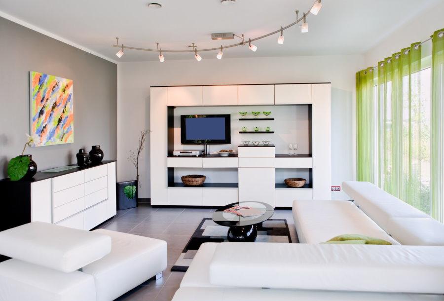 Mur blanc brillant dans un salon high-tech