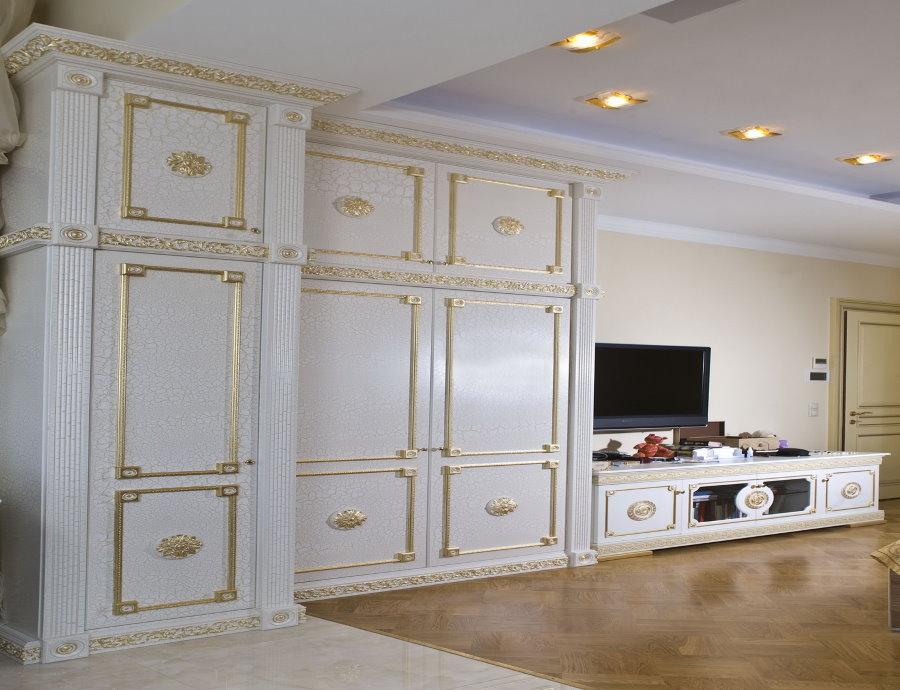 Mur blanc brillant dans un salon classique