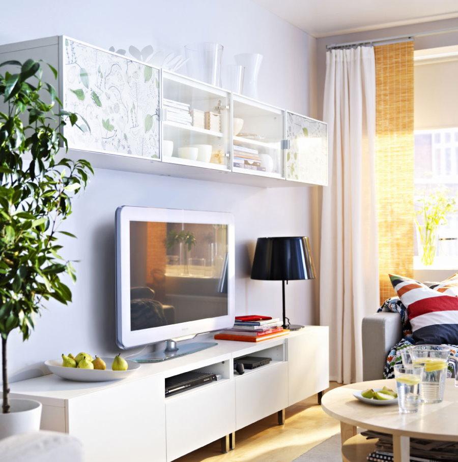 Armoire blanche sous le téléviseur dans le salon