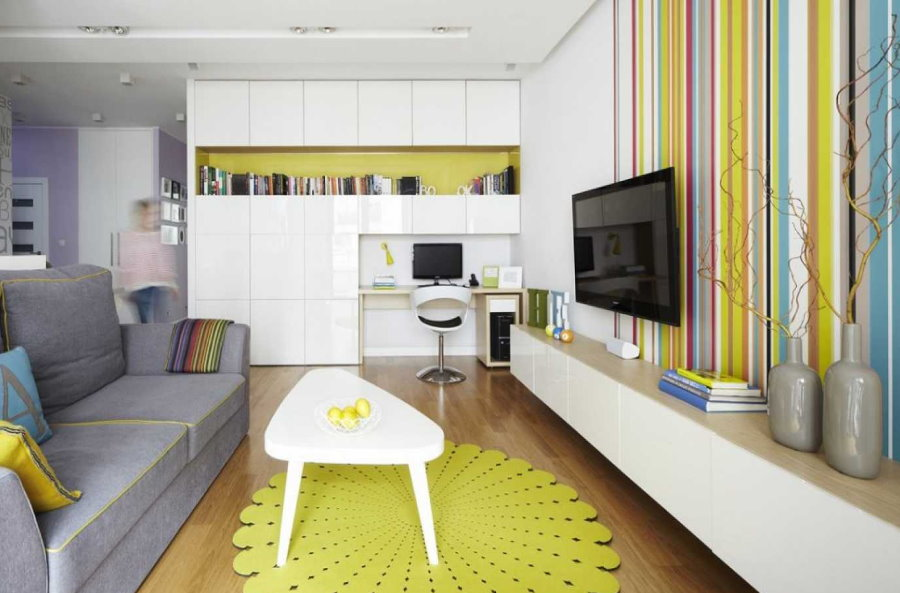 Décor de salon avec des meubles blancs brillants