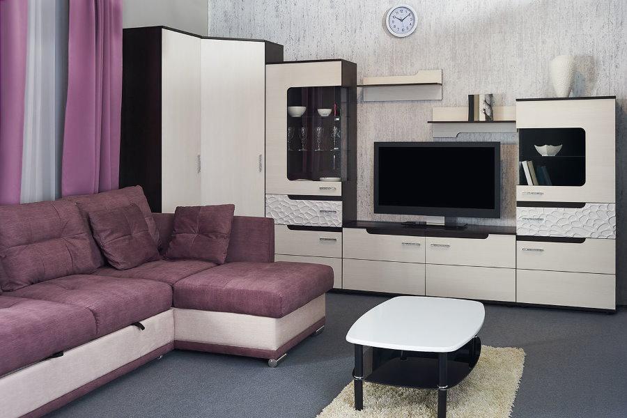 Mur d'angle blanc dans le salon avec un canapé