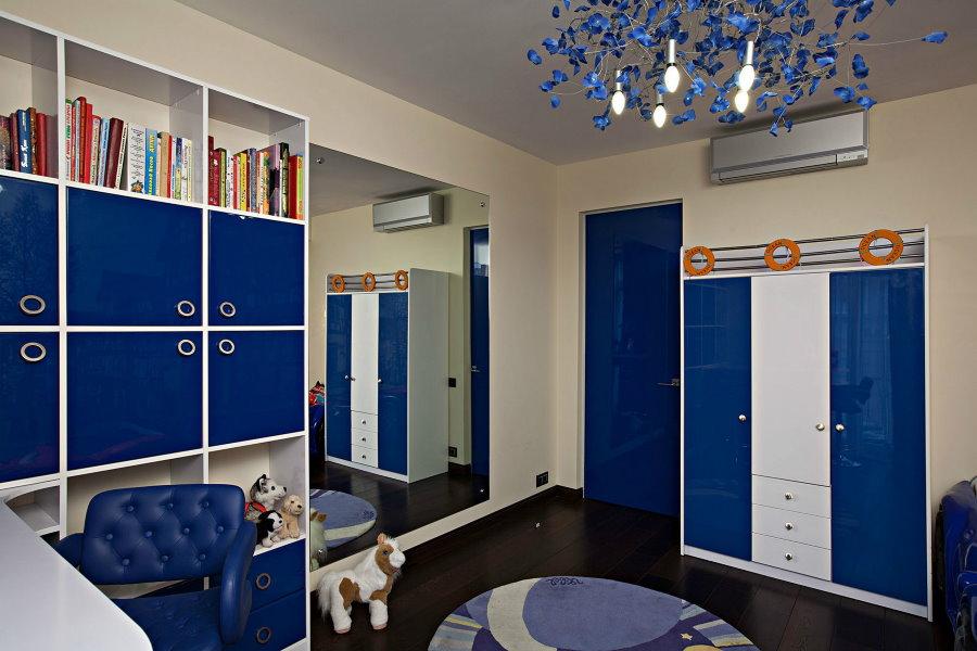 Mobilier bleu et blanc dans une chambre d'étudiant