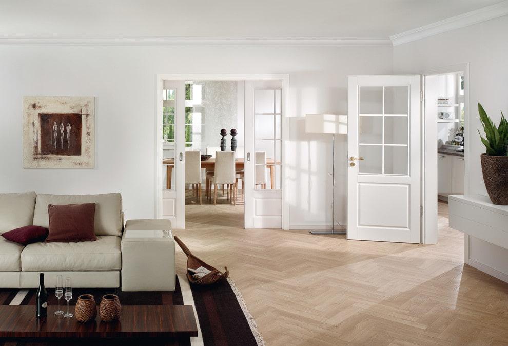 Portes blanches dans le salon