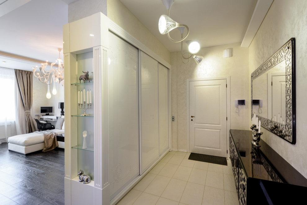 Armoire encastrée avec portes blanches dans le couloir du studio