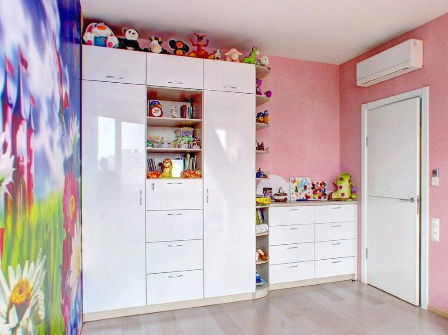 Meubles pour une chambre d'une fille d'âge préscolaire