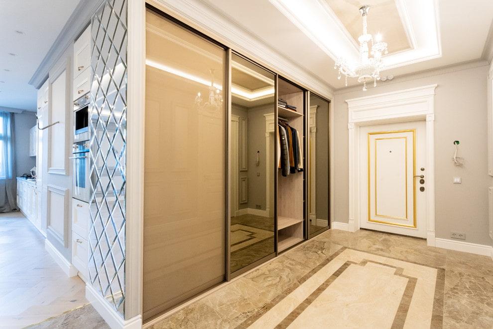 Plancher en céramique dans un couloir spacieux