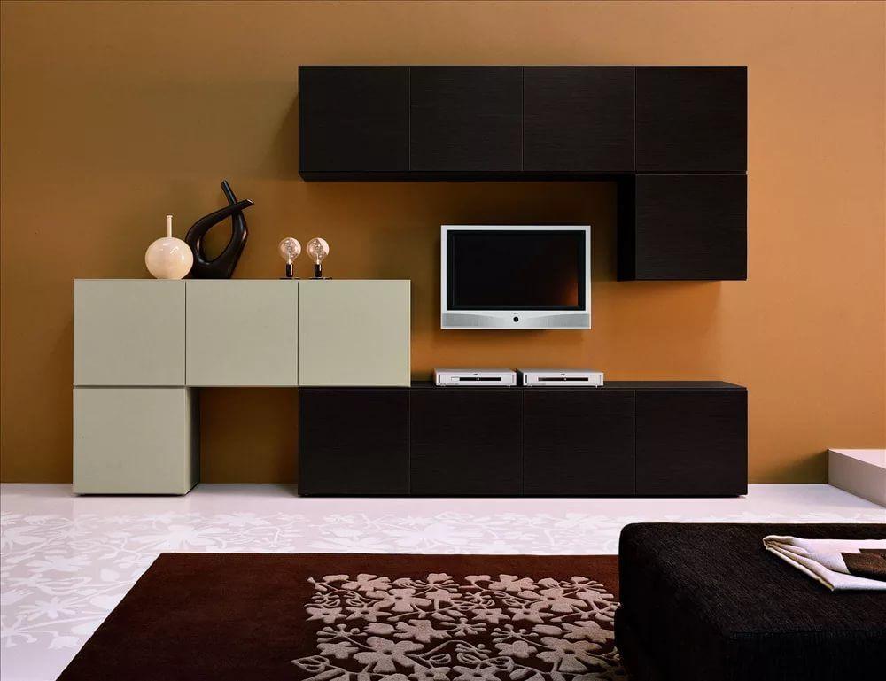 Mur noir et blanc sur fond marron