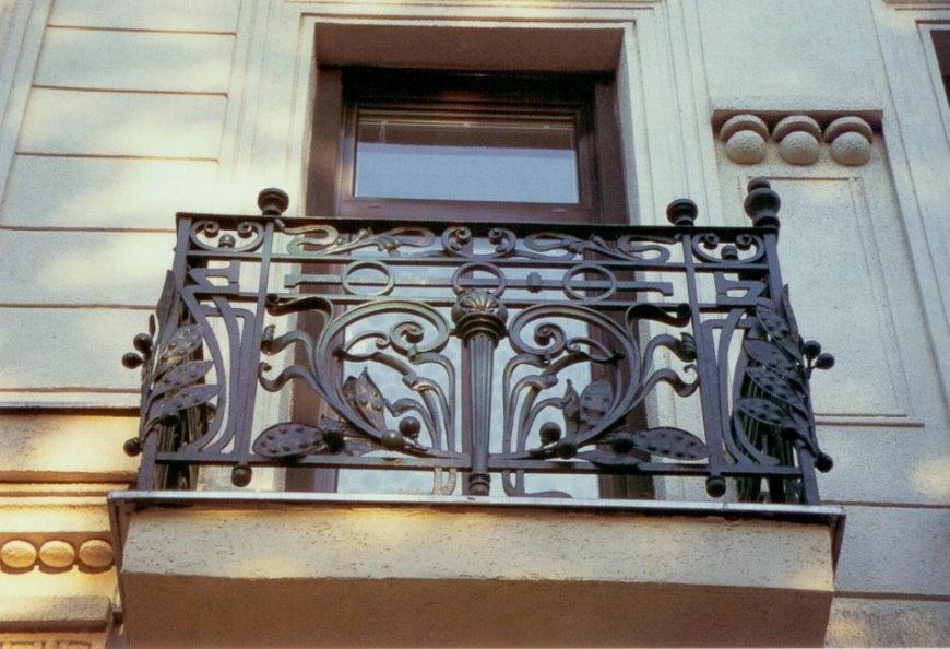 Garde-corps en fonte sur un petit balcon