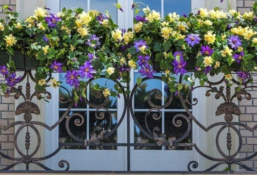 Décorer la balustrade du balcon avec des fleurs fraîches