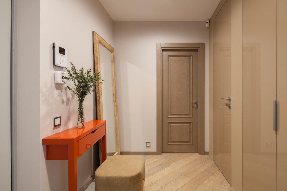 Vase avec des branches sur un porte-à-faux dans le couloir