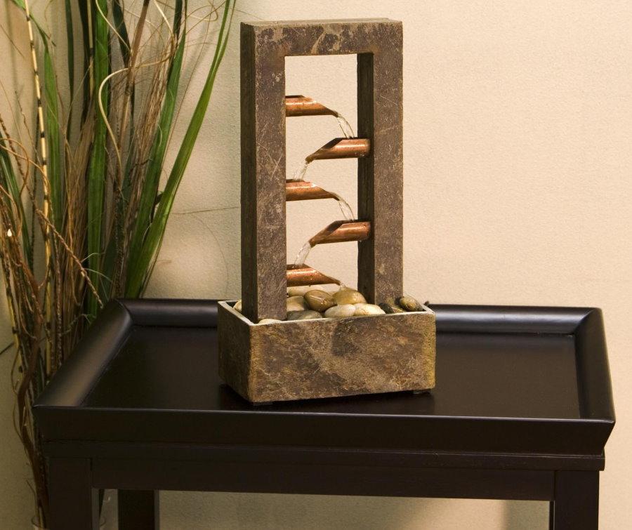 Petite cascade de table dans un style moderne