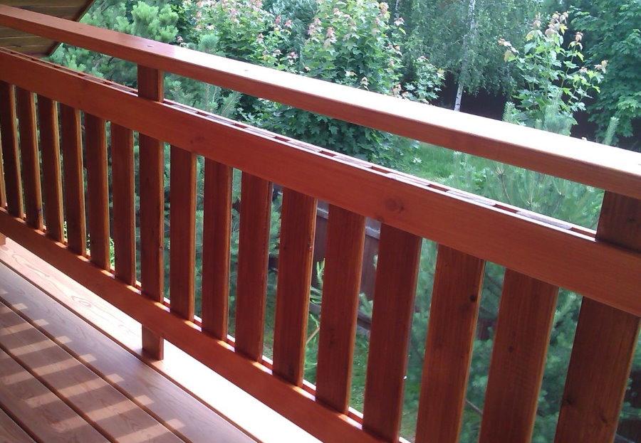 Balcon mansardé avec garde-corps en bois
