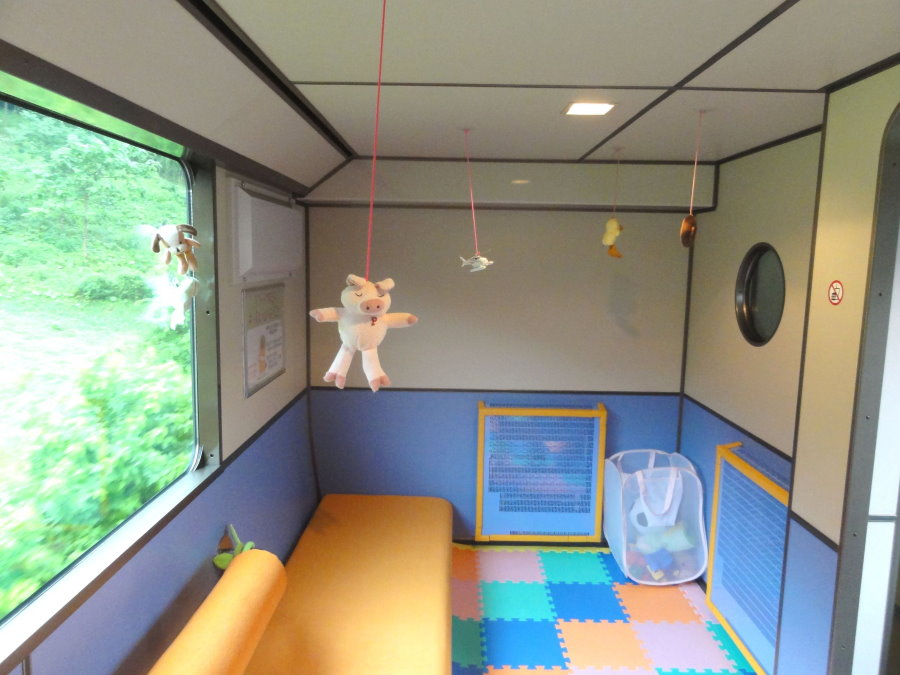 סידור אזור משחק לילדים על הלוגיה