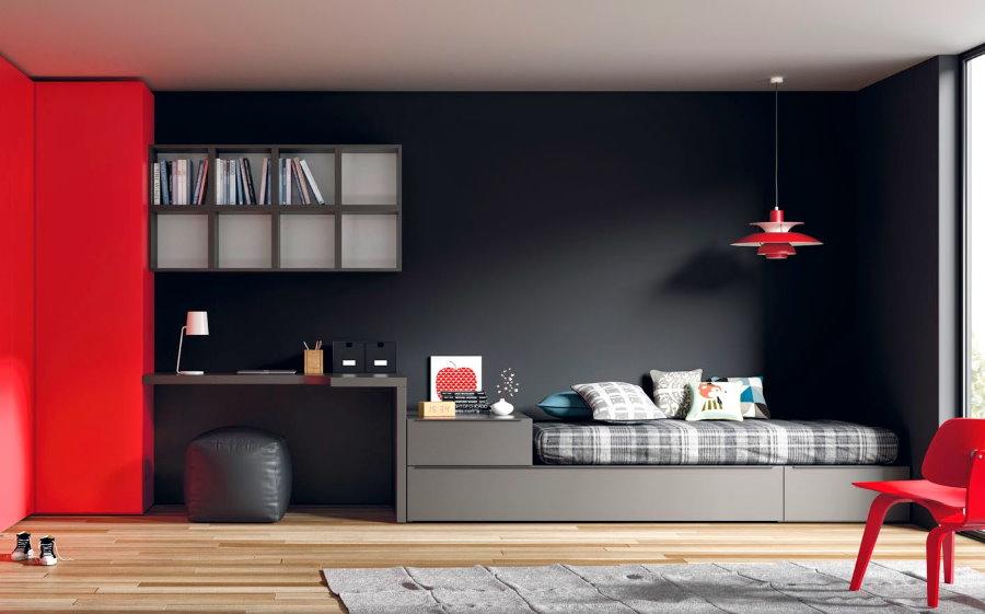 Lit gris avec armoire rouge