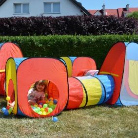 maison d'enfants avec un tunnel avec des boules