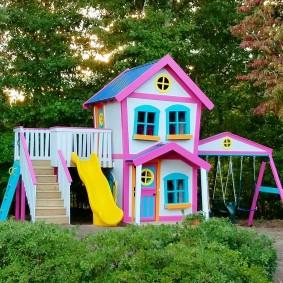 lodge pour enfants avec aire de jeux