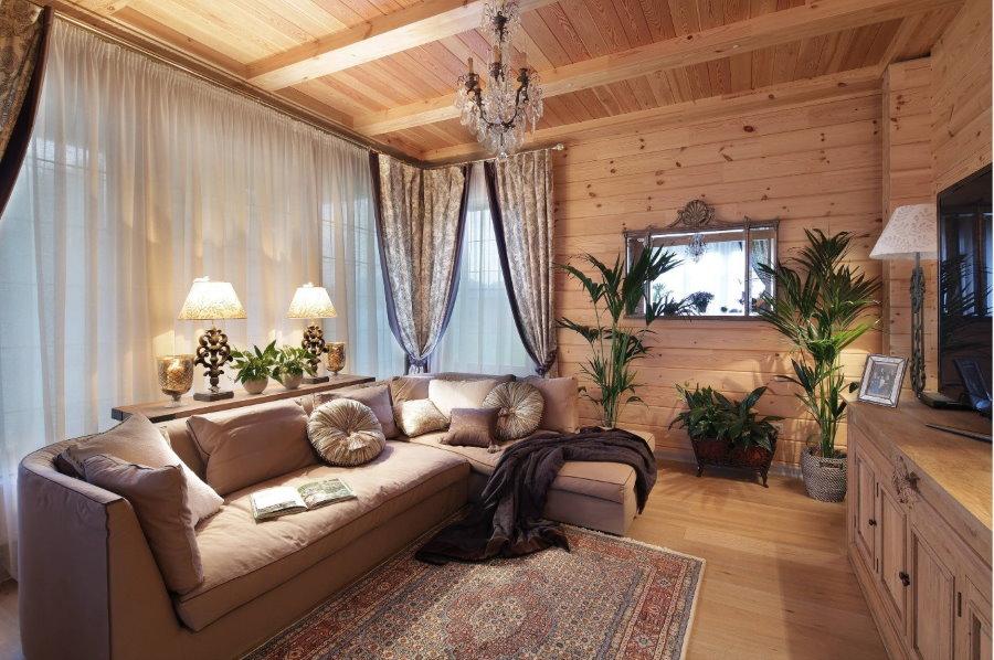 Finition en bois naturel dans le salon du chalet