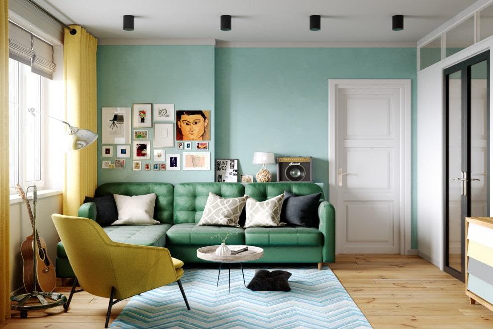 Canapé vert dans le salon avec deux portes