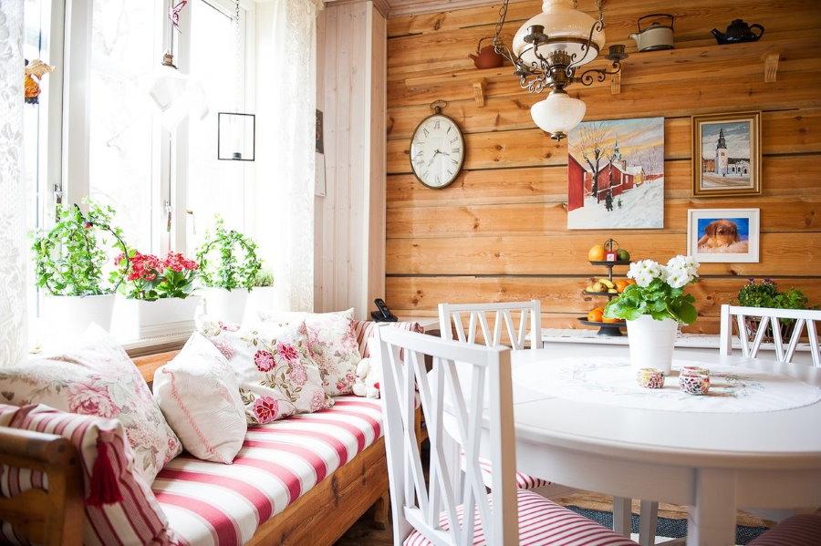 Un salon confortable dans une petite maison de campagne