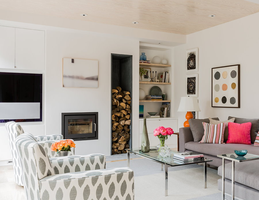 Bois de chauffage à l'intérieur d'un salon de style scandinave