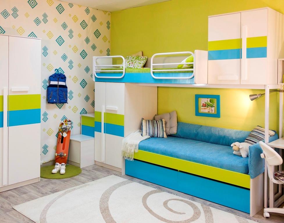 Mobilier modulaire compact dans la chambre des garçons