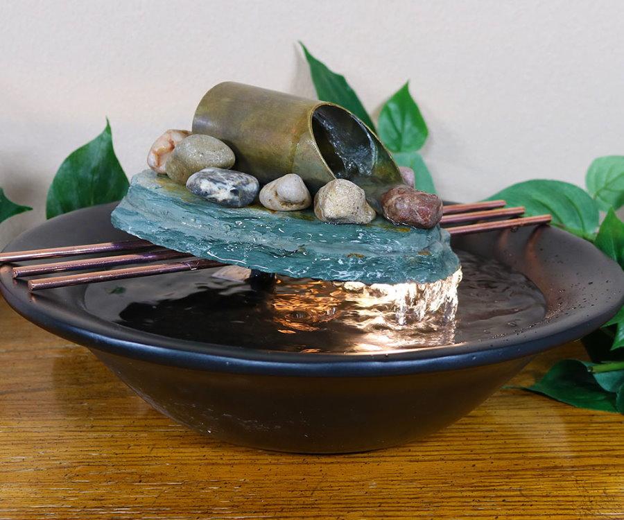 Fontaine miniature dans une assiette en porcelaine
