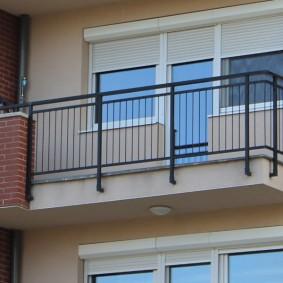 Balcon ouvert avec garde-corps en métal