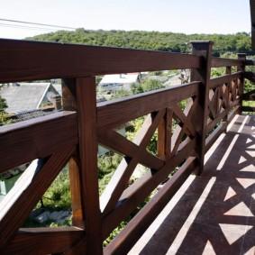 Garde-corps en bois sur le balcon de la maison de campagne