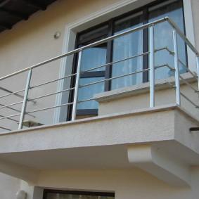 Garde-corps en acier inoxydable sur le balcon ouvert