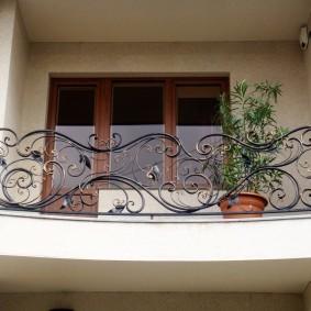 Clôture forgée sur le balcon d'une maison privée