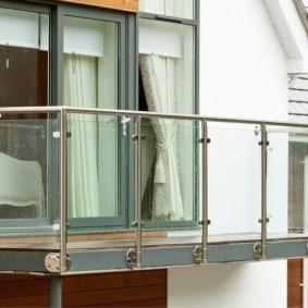 Écrans de verre entre les colonnes de la balustrade du balcon