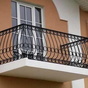 Garde-corps noir sur un petit balcon