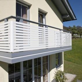 Panneaux en plastique sur la balustrade du balcon