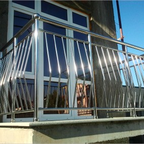 Petit balcon avec garde-corps en acier inoxydable