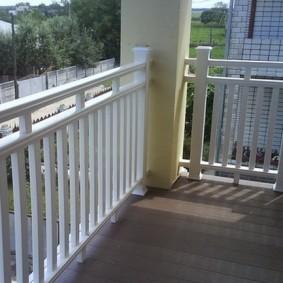 Garde-corps en plastique du balcon ouvert