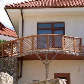 Barres en bois sur la balustrade du balcon