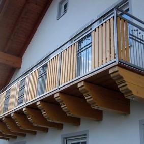 Balcon en bois dans la maison avec un grenier