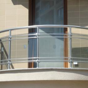 Porte étroite sur un balcon ouvert
