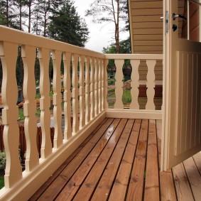 Plancher en bois sur le balcon de la maison de campagne