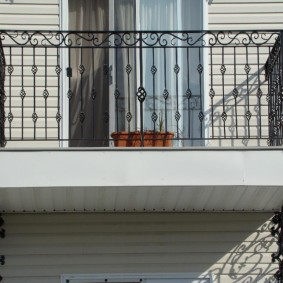 Petit balcon avec garde-corps en métal