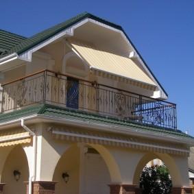 Marquise en tissu sur le balcon d'une maison de campagne