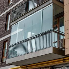Balcon moderne avec fenêtres panoramiques