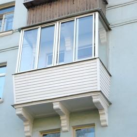 Fenêtres en plastique sur le balcon de l'appartement