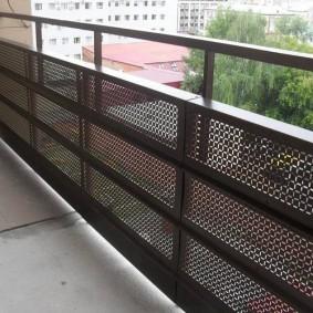 Paravent métallique sur balustrade de balcon