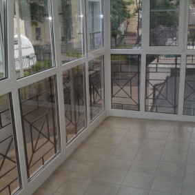 Vitrage français d'un balcon étroit